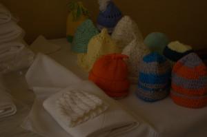 Eestis kootud või heegeldatud mütsike, mähkimislina ja seep, pakitud kilekotti  koos paberil õnnesoovidega ja lipikuga  millele paki saaja märgib oma andmed.