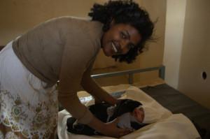 Kliiniku juhataja Hildana Dawiti tööülesannete hulka kuulub kohalikes arendada harjumust oma beebid turvalises keskonnas ilmale tuua. Keskmist eluiga etioopias mõjutab just kuni 5 aastaste laste suremus. Ühendus haiglaga, mis lapse sündimisel emale jääb võib osutuda lapse ellujäämisele vägagi tähtsaks. Paljudele naistele on sünnitamine esimene kontakt tervishoiuasutusega. Siit saab alguse ema usaldus meditsiini vastu, mis tagab paremad võimalused lapse ellujäämisele tulevikus. Haiglas sünnitamisel on veel oluline koht kaasa saadud informatsioonil pereplaneerimiseks.  Sünnitusabi ja erinevad vahendid pereplaneerimiseks on tasuta kättesaadavad kõigile.